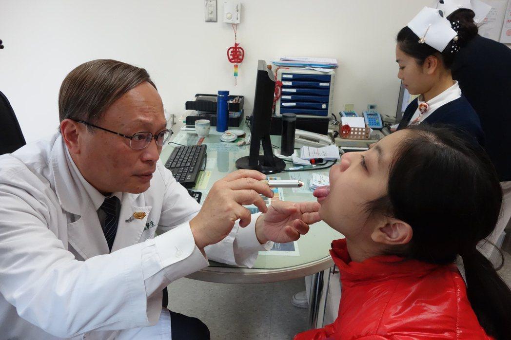 紅斑狼瘡纏身的14歲少女,在大林慈濟醫院過敏免疫中心治療後迎新生,圖左是院長賴寧...