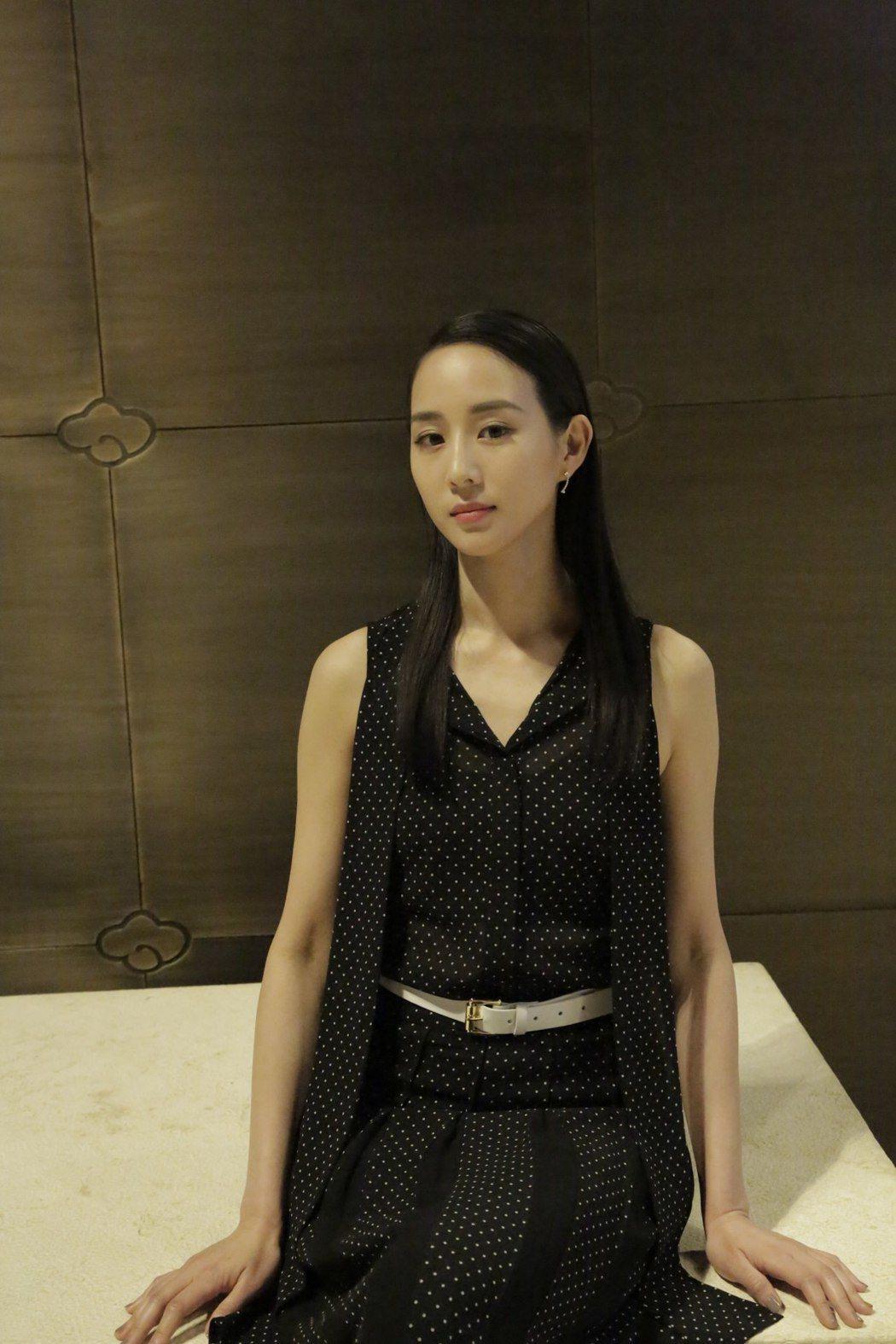 張鈞甯以黑白波卡圓點裙裝穿出精緻清新的風味。圖/MICHAEL KORS提供