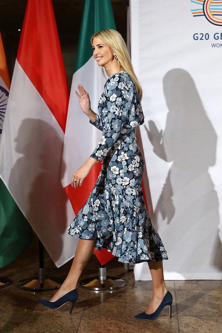 伊凡卡以MICHAEL KORS Collection連身印花洋裝出席國際論壇。...