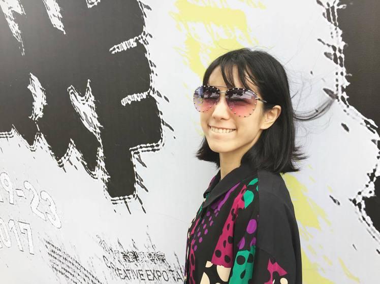 溫貞菱戴The Party漸層色墨鏡去看展覽。圖/取自IG