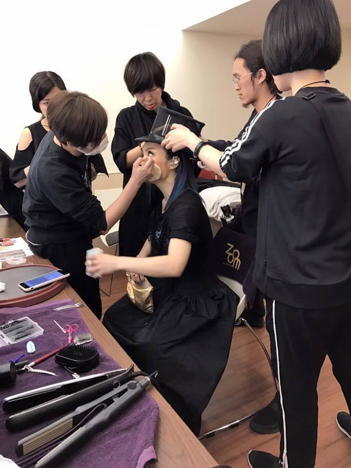 演唱會前,大家在後台都緊張忙亂,很多細節要顧。圖/摘自徐佳瑩臉書