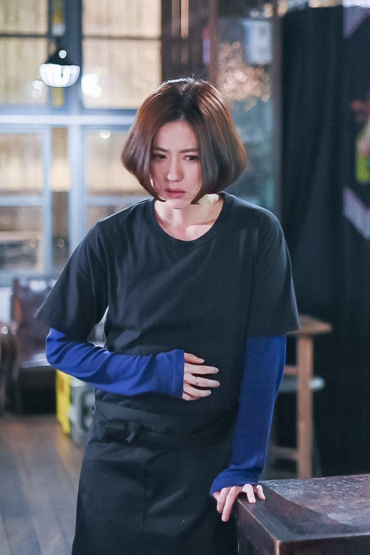 林予晞挺假孕肚演孕婦。圖/TVBS提供