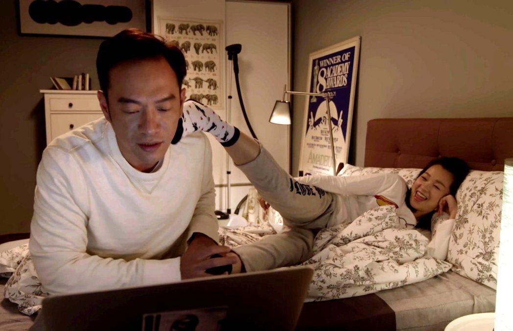 六月(右)伸腿勾引劇中老公張翰。圖/TVBS提供
