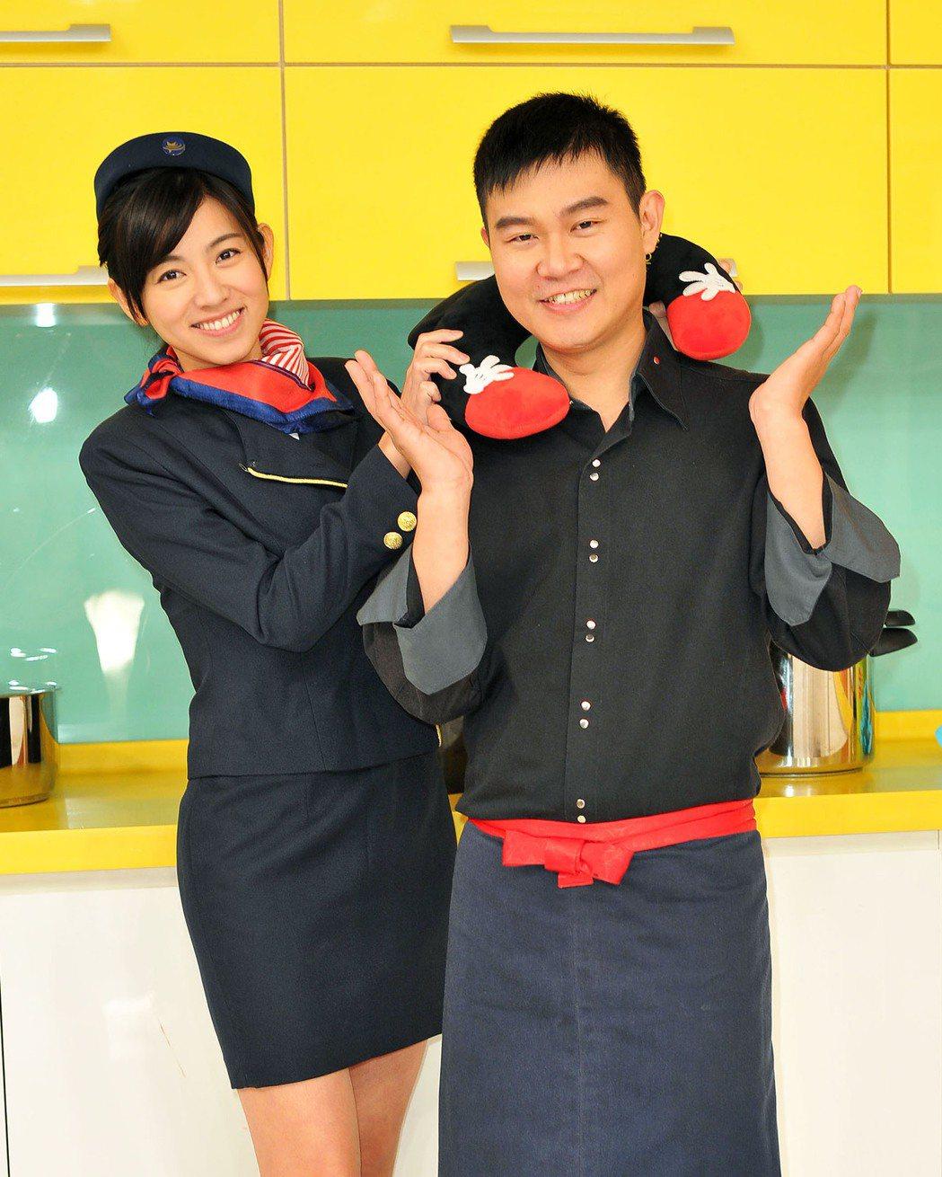 米可白(左)送給溫國智米奇頸枕。圖/台視提供
