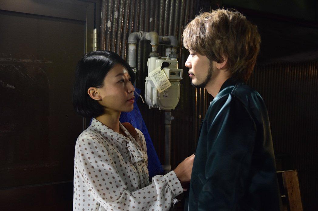 薛提縈(左)與日本演員KYOHEI在「魚男」中有曖昧情愫。圖/公視提供