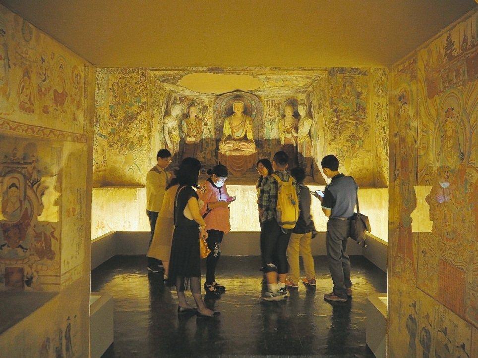 莫高窟第220窟是初唐的代表窟,是敦煌少有明確年代的洞窟,以釋迦牟尼佛為中心。 ...