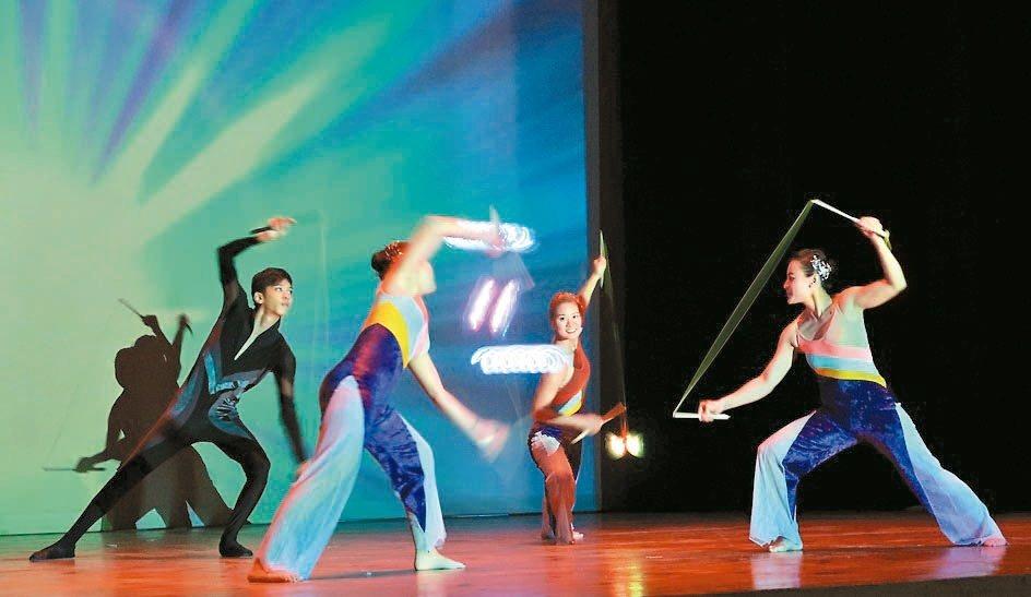 舞鈴劇場以扯鈴藝術為主軸,融合音樂與舞蹈,巧妙點亮舞台。 記者翁禎霞/攝影