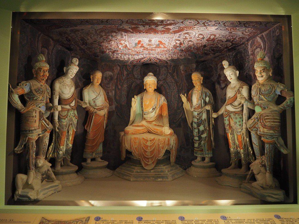 盛唐時期的佛龕彩塑是一組以佛陀為中心左右對稱的彩塑,展現佛陀莊嚴、弟子謙恭和菩薩...