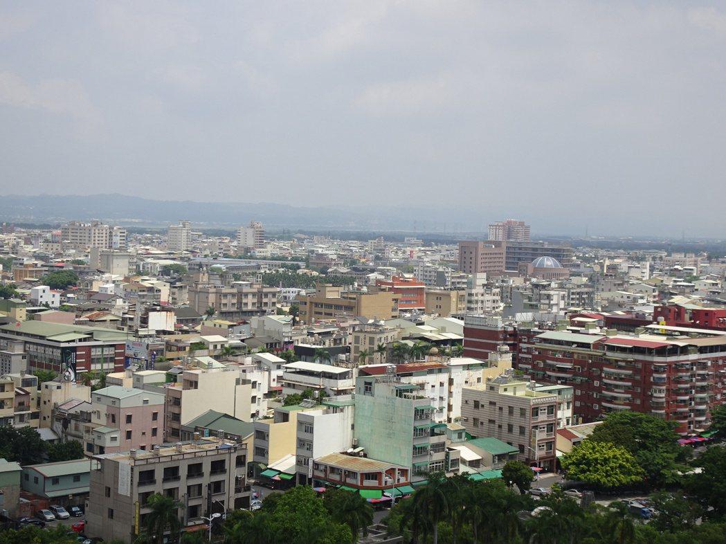 屏東縣今年針對新建房屋調高房屋稅,估計有近1200戶受到影響。 記者翁禎霞/攝影
