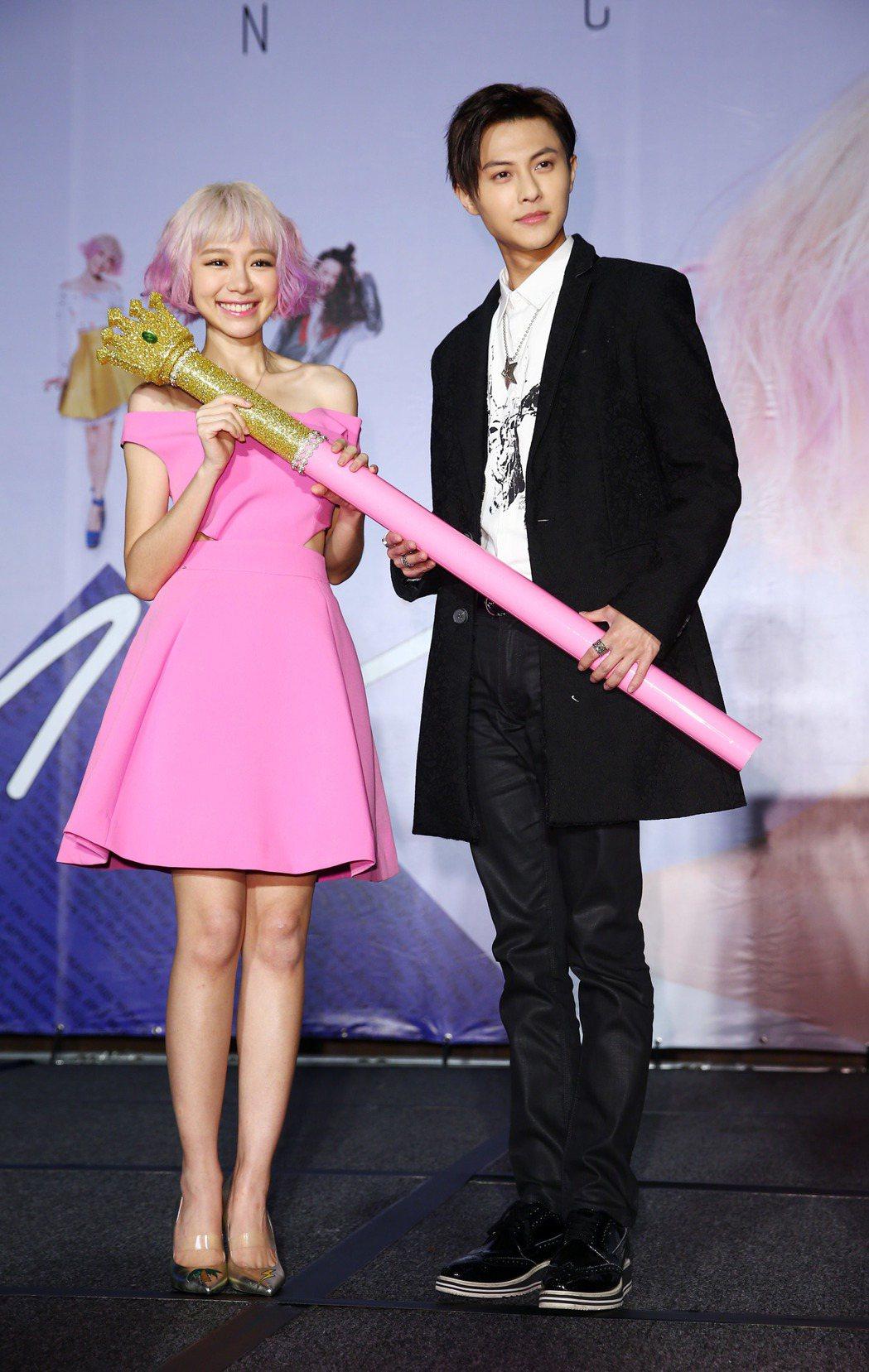偶像劇男神「王子」邱勝翊(右)來為林明禎(左)加油打氣。記者杜建重/攝影
