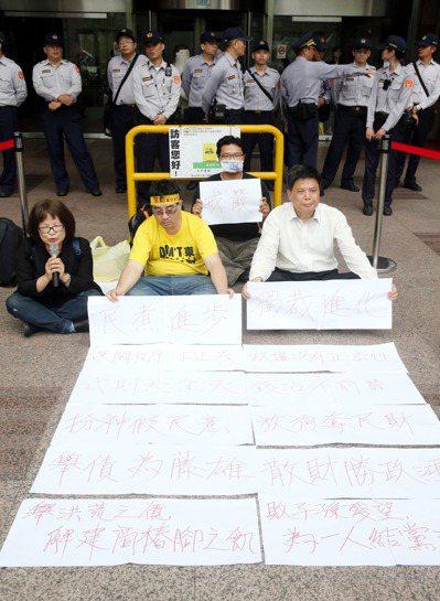 政大教授徐世榮(右)日前到民進黨中央黨部靜坐,抗議民進黨團在委員會粗暴通過前瞻建...