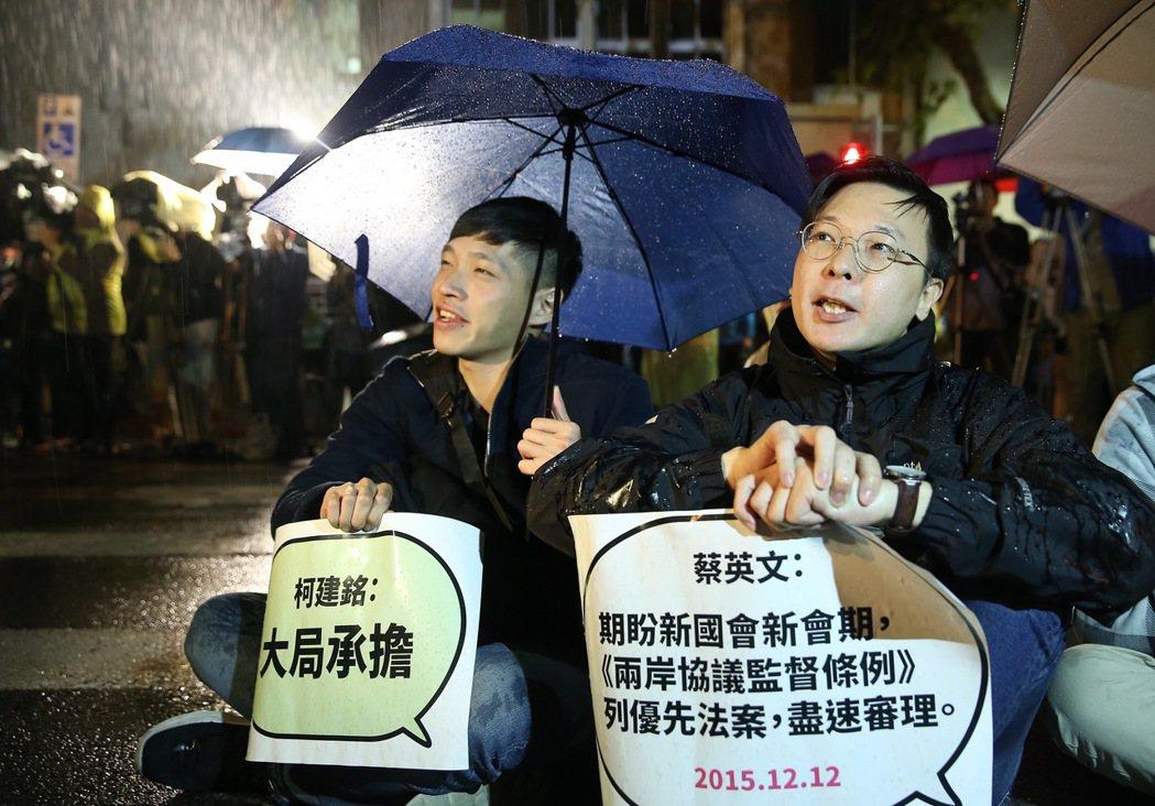 三一八學運三周年時,陳為廷(左)與林飛帆(右)等人齊聚在立法院門口,不滿執政黨未...