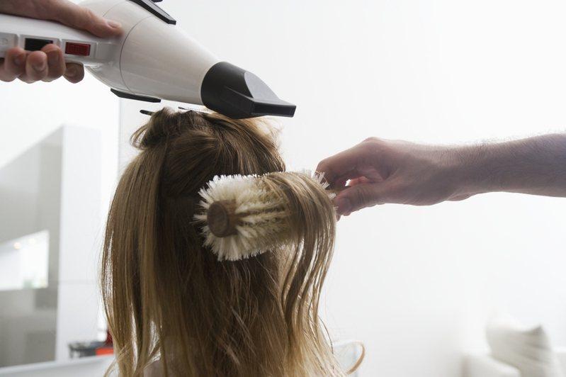 吹頭髮示意圖。 圖/ingimage