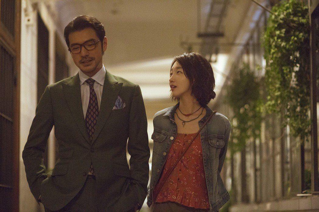 演員金城武(左)與影后周冬雨(右)演出的「喜歡你」,片中搭配各色美食,再加上演員