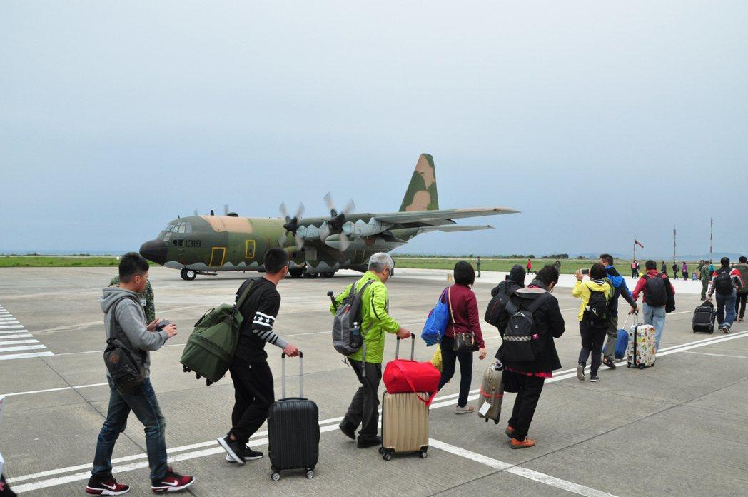 受濃霧影響,離島的金門在軍方協助下協調軍機疏運。聯合報系資料照片。 圖/(連江縣...