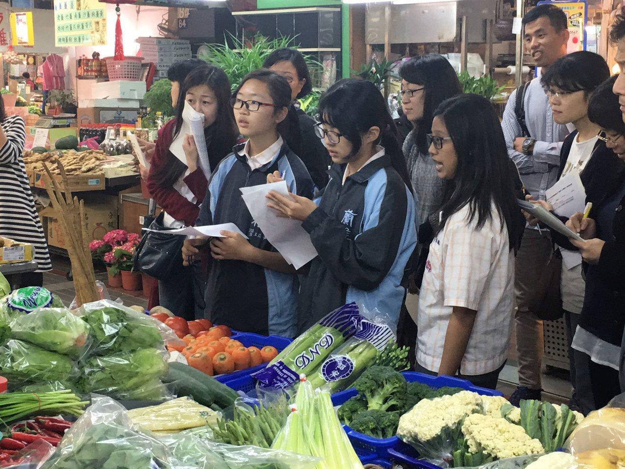 蘭雅國中教師結合小田園、市場學課程,將教室搬到附近的士東市場,讓學生親自挑選、購...