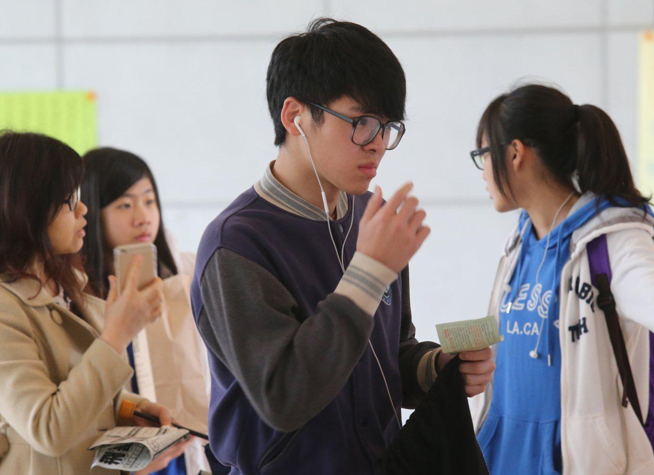高中英聽測驗考生。聯合報資料照/記者曾學仁攝影