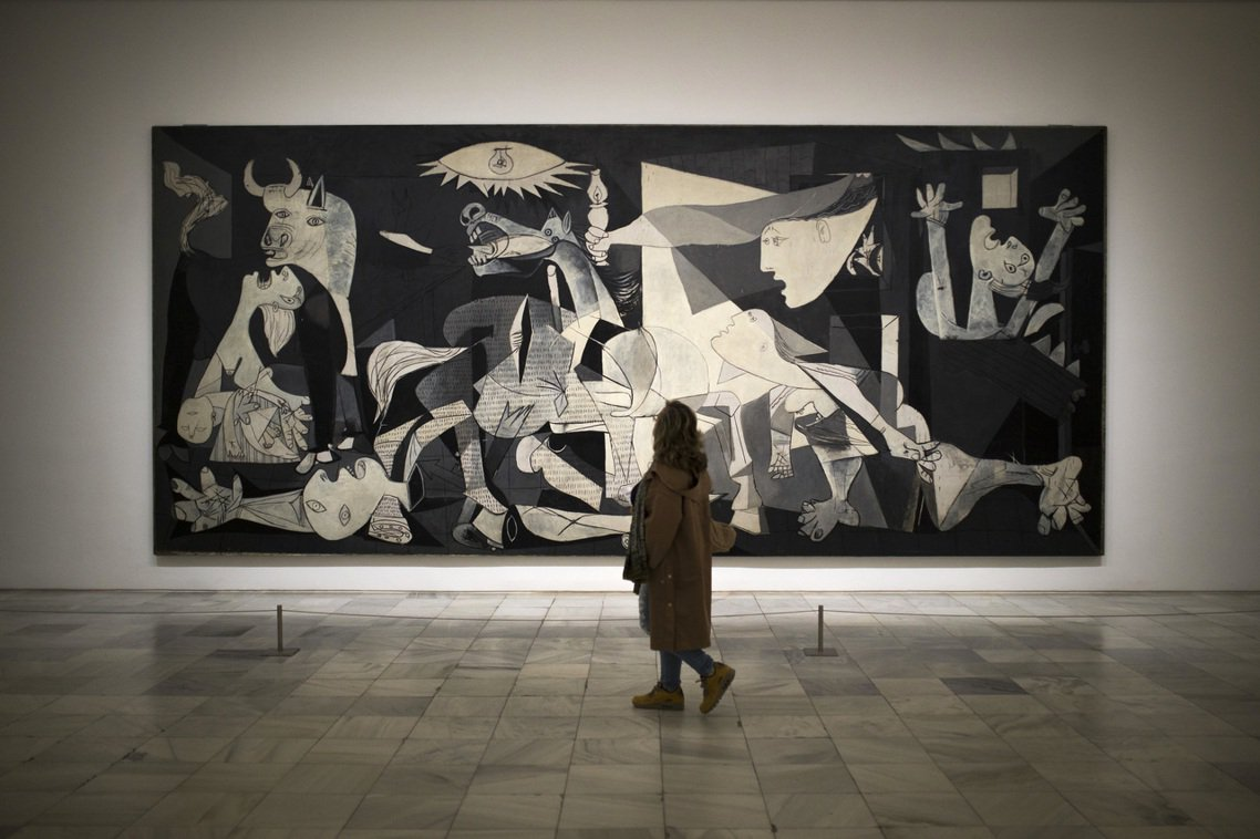 你可能看過這幅畫,它是畢卡索的名作「格爾尼卡」(Guernica),畫作上關於戰...