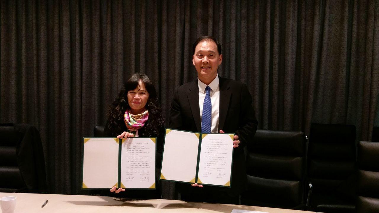 中信金融管理學院與台北中山女中簽署成為希望夥伴聯盟,施光訓校長(右)與吳麗卿校長...