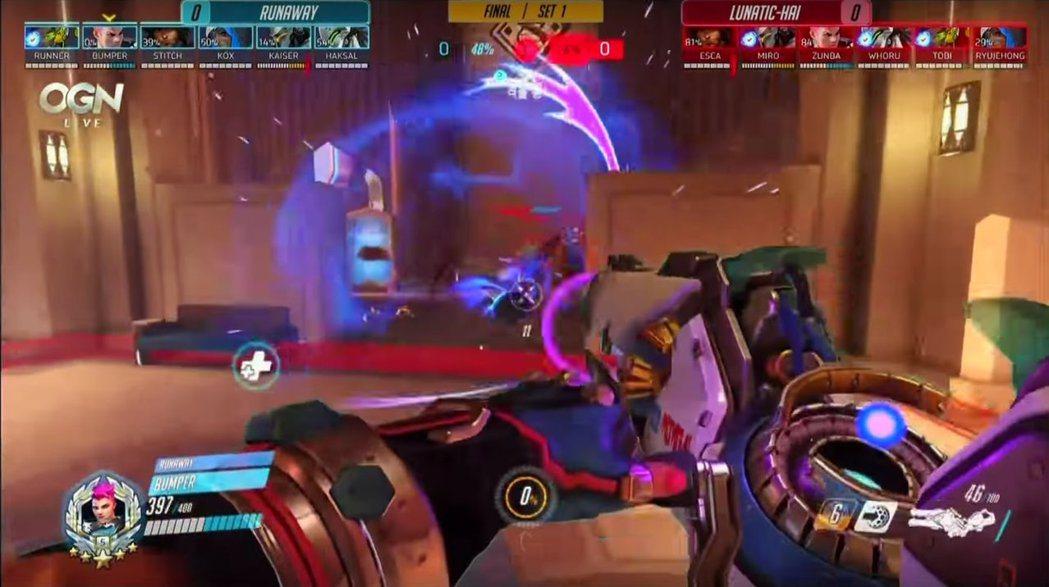 Bumper的札莉雅沒有理會在前方晃的敵方萊因,精準地向後排藏身處丟出引力彈。