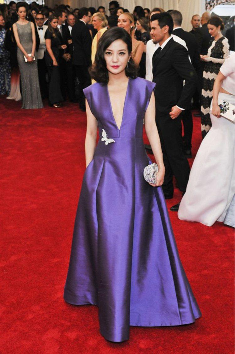穿Michael Kors的趙薇佩戴Tiffany珠寶出席Met Gala。圖/...