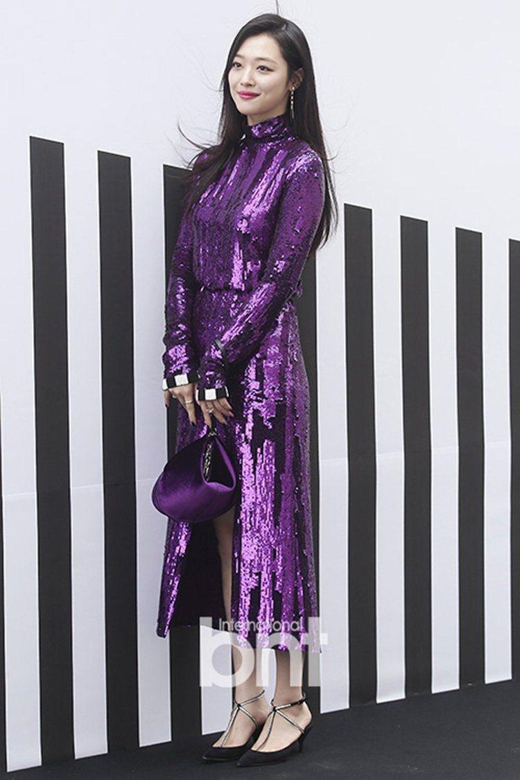 雪莉以一身亮片紫長洋裝現身時尚品牌活動。圖/BNT提供