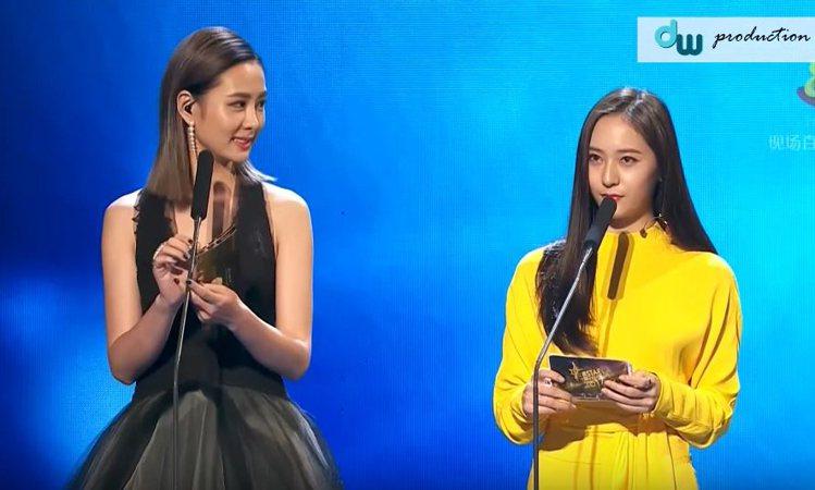 台灣藝人安心亞與韓國女星Krystal同台頒獎。圖/截自youtube
