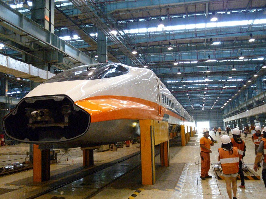高鐵在營運初期研發出「頂升機」,可抬起一列500公噸的列車。 記者楊文琪/攝影