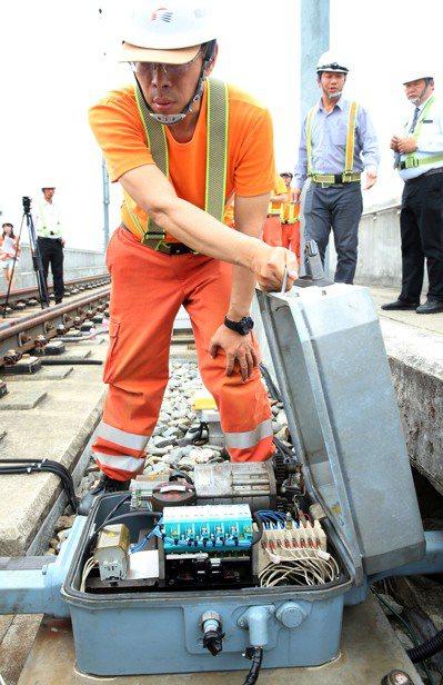 高鐵在每個維修點旁都有駐點,14個駐點各有6人輪流駐守,維修人員可在7到9分鐘內...