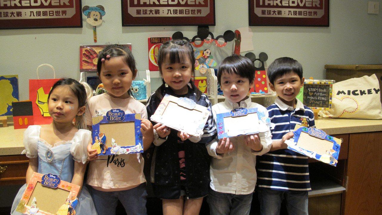 童話天地讓小朋友製作專屬相框。記者曾楹純/攝影