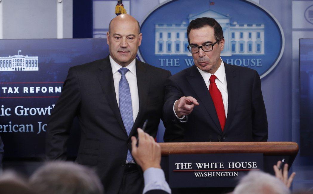 美國財長米努勤(右)、白宮經濟顧問柯恩(左)公布川普的稅改計畫。圖/美聯社
