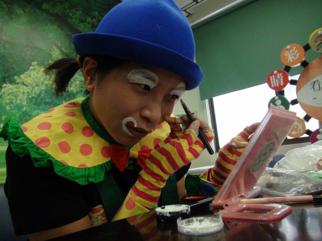 自己化小丑妝,以不嚇到小朋友為原則。記者謝梅芬/攝影