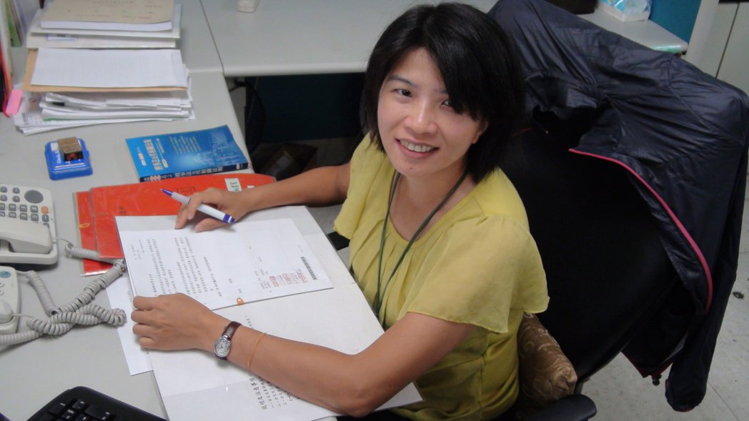 高雄市勞工局法制室專員楊婉怡,是法律高考及格,平日接觸是硬梆梆的法律條文。記者謝...