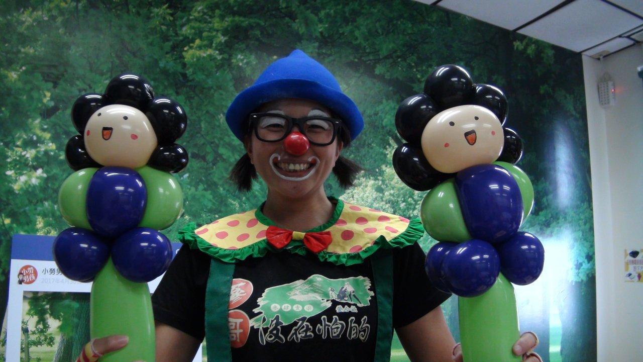 楊婉怡最擅長折花媽造型氣球。記者謝梅芬/攝影
