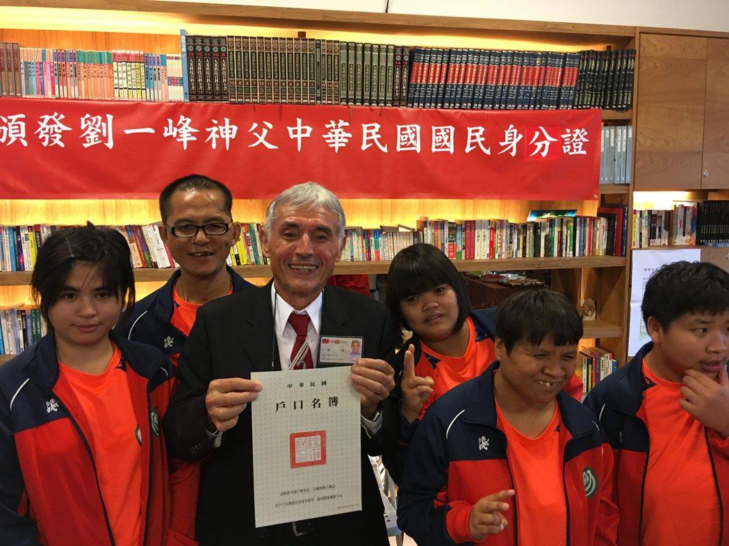 奉獻51年今領身分證 劉神父:中華民國是我的新娘