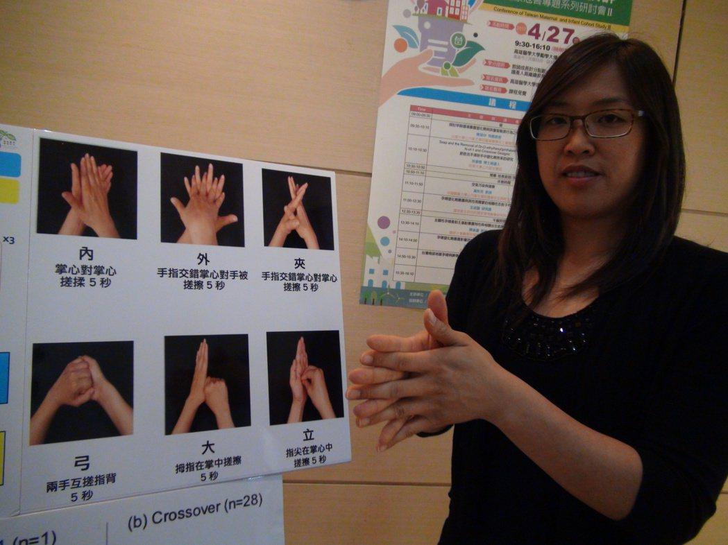 陳碧憶也列出洗手6大步驟,「內」、「外」、「夾」,「弓」、「大」、「立」,且每次...