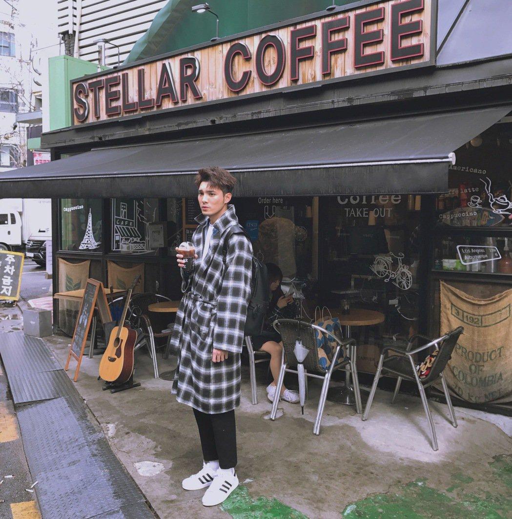 偉晉在首爾街頭瘋狂街拍。圖/可米提供