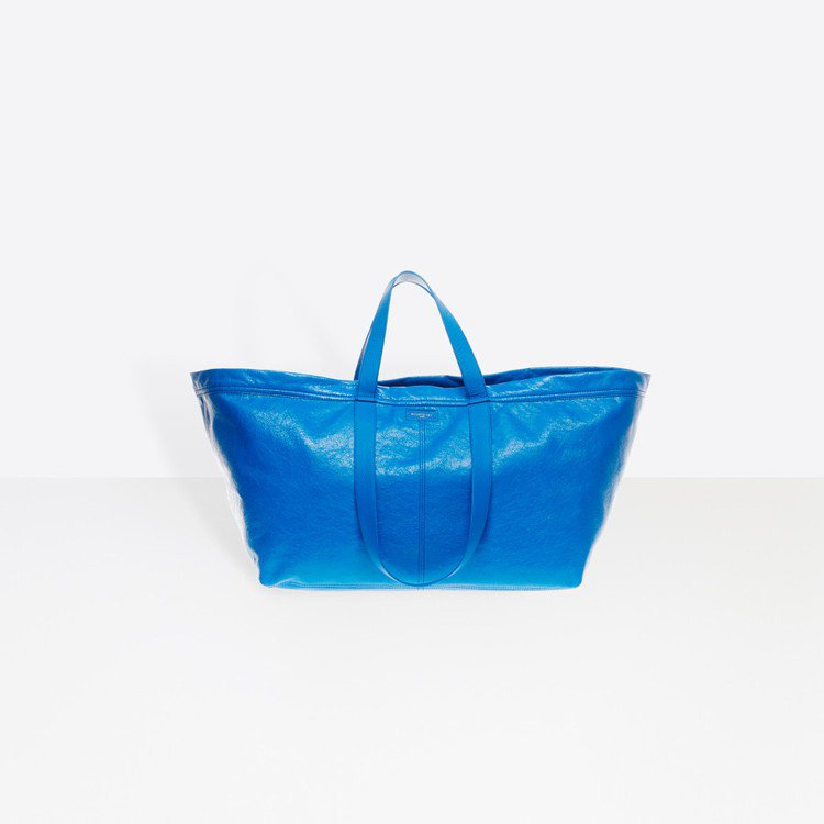 BALENCIAGA所推出的一款購物袋包被網友認為神似IKEA的購物袋。圖/摘自...