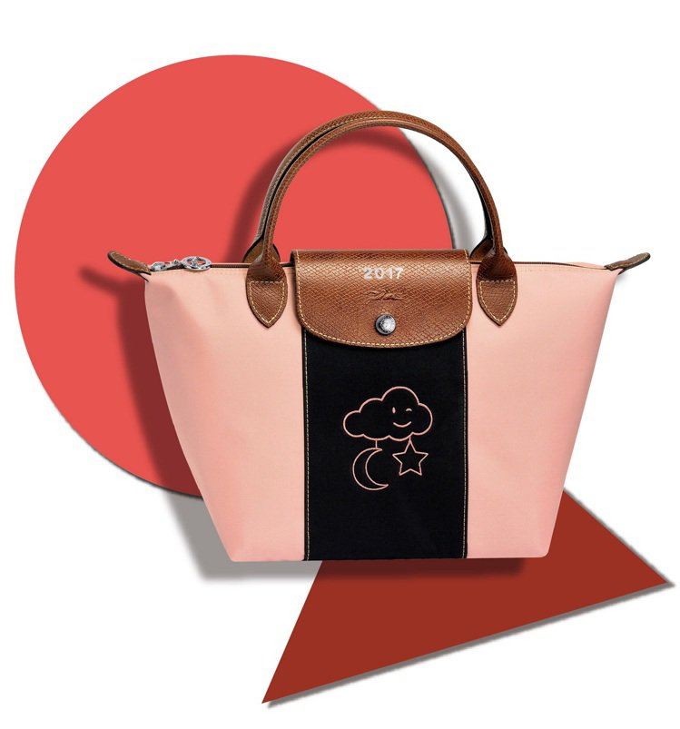 Longchamp的Le Pliage尼龍摺疊包訂製服務,有9款刺繡圖騰可供選擇...