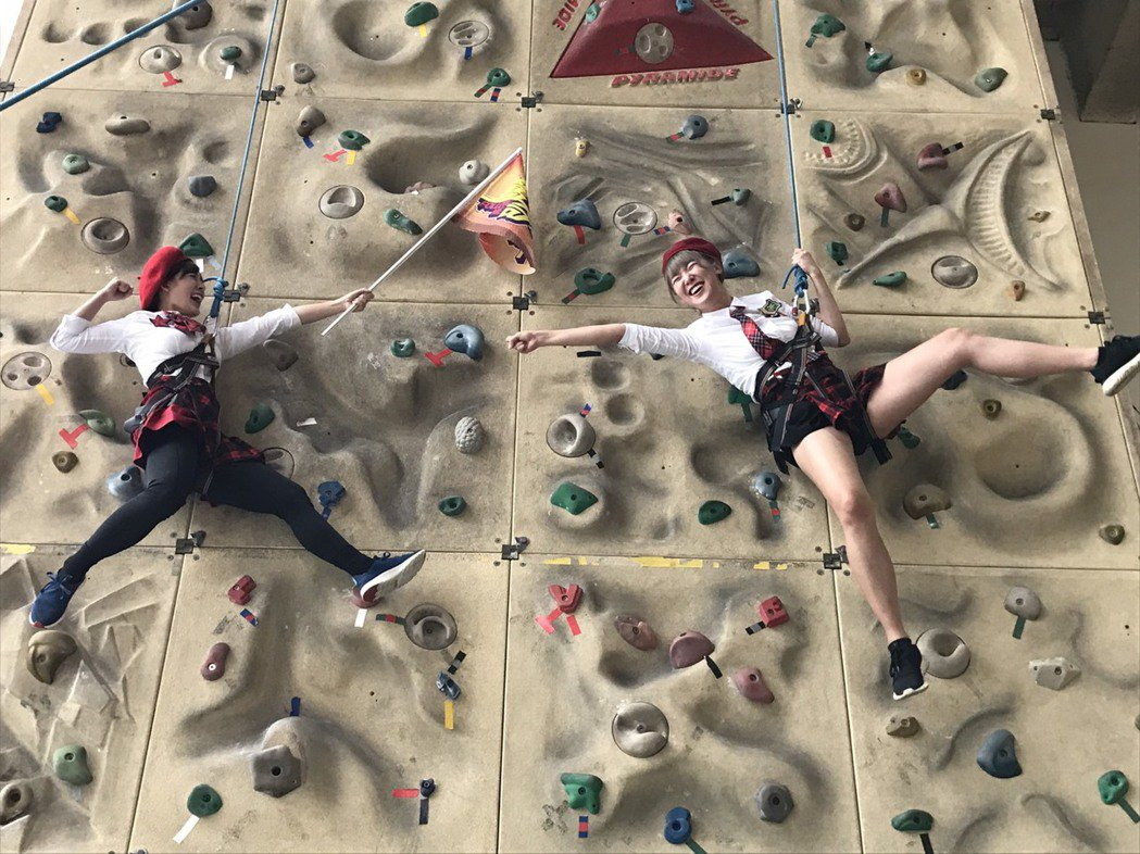 李懿(右)攀岩爬到一半大腿抽筋,左為林彥君。記者葉君遠/攝影