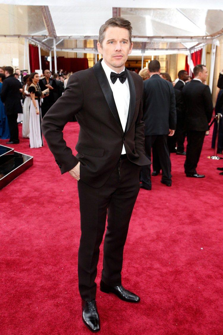 男星伊森霍克穿PRADA訂製西裝。圖/PRADA提供