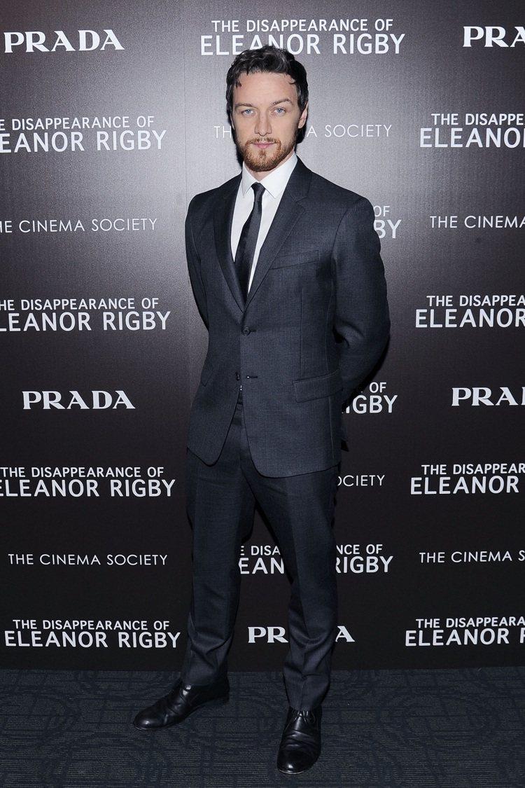 男星詹姆斯麥艾維穿PRADA訂製西裝。圖/PRADA提供