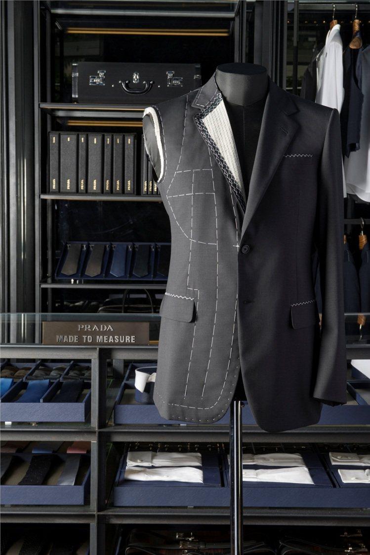 PRADA量身訂製顧問會協助客戶一起挑選適合個人身型的樣版服飾。圖/PRADA提...