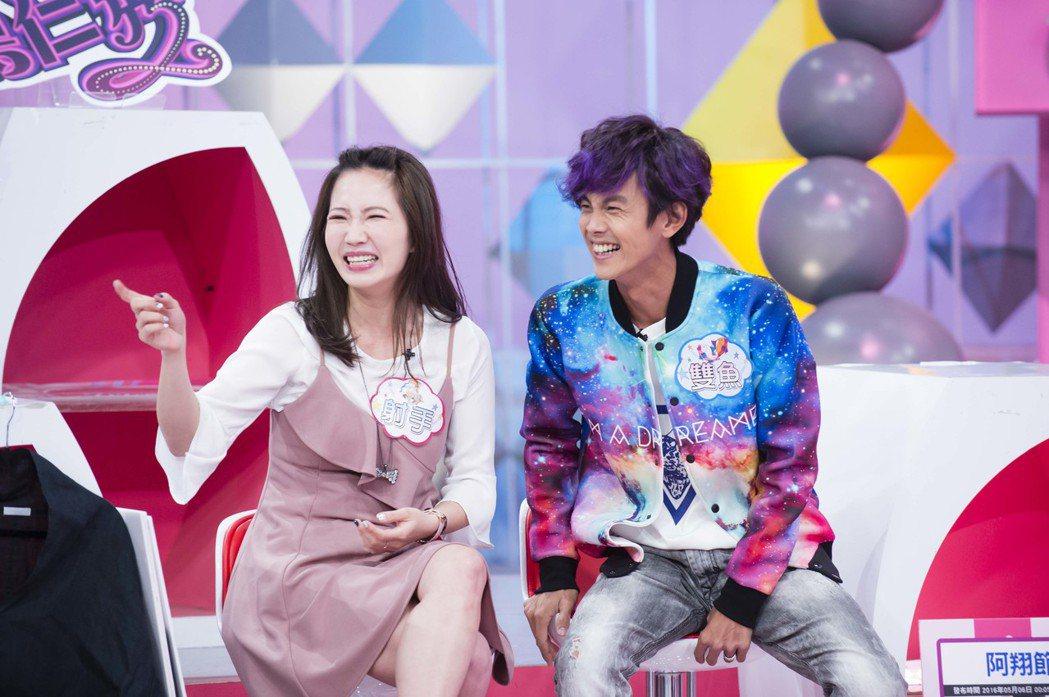阿翔(右)和謝忻常搭機車趕通告。圖/TVBS提供