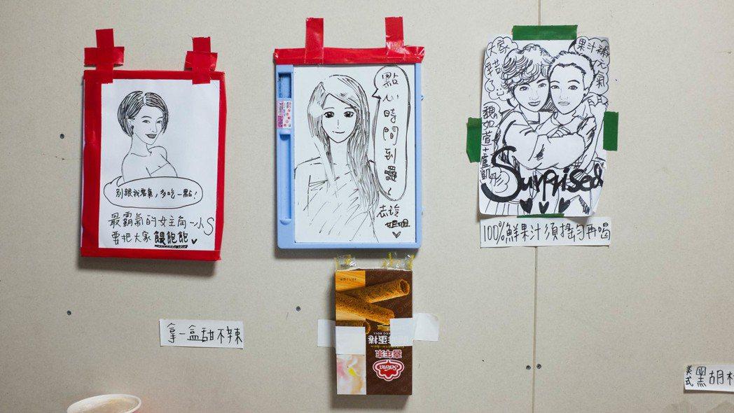 小S與林志玲都在自己招待的食物前貼上手繪海報做標示。圖/凱擘提供