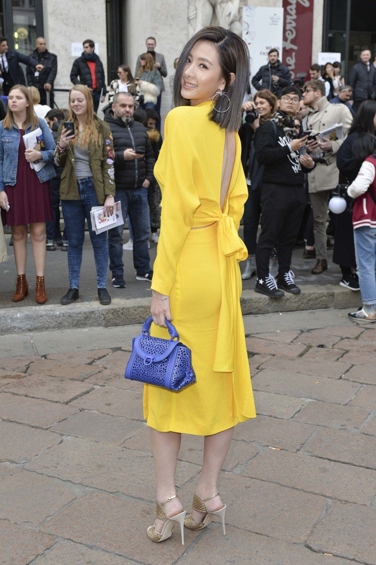 安心亞前陣子在米蘭出席Ferragamo秋冬女裝秀也穿著和Krystal同一件黃...