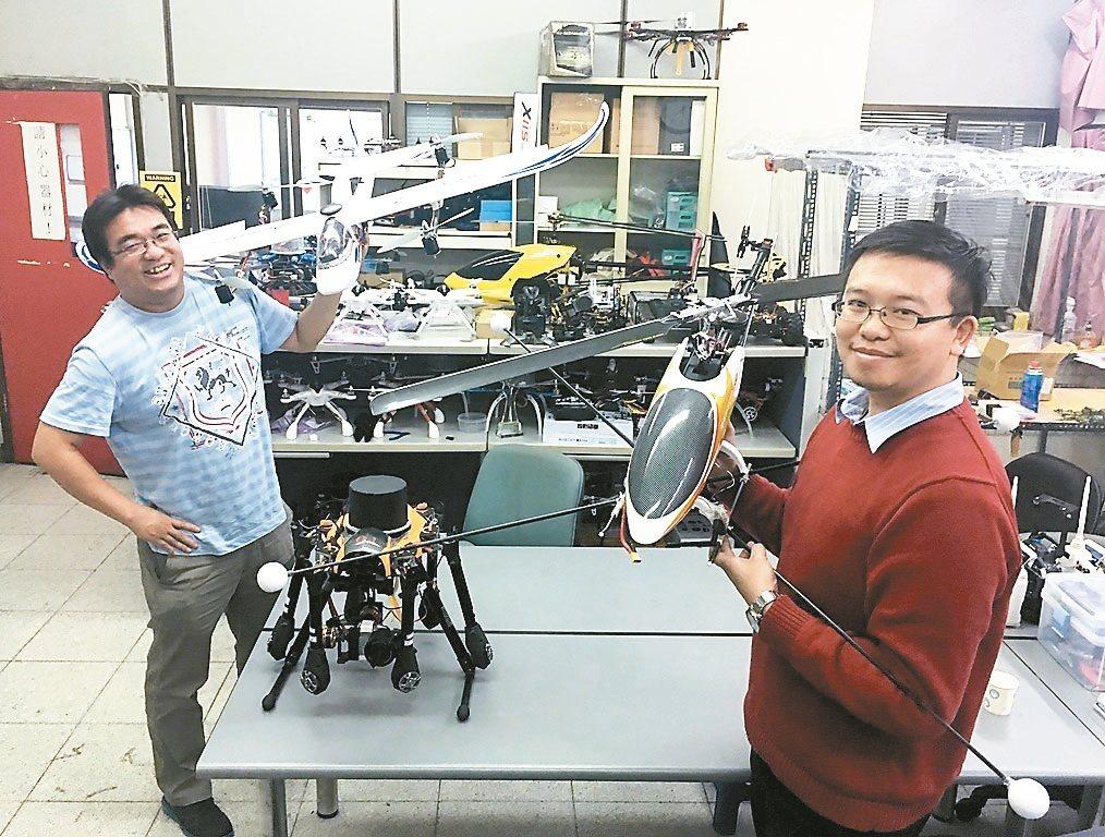 中原大學教授郭鎮銘(左)與林柏廷研發無人機系統、遙控設備與影像分析軟體。 圖/中...