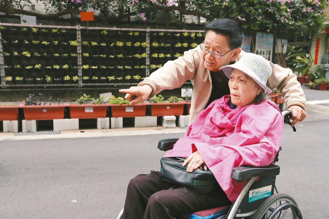陳爺爺,80歲,抱老伴上下輪椅19年,有一天,抱不動了怎麼辦? 記者胡經周/攝影