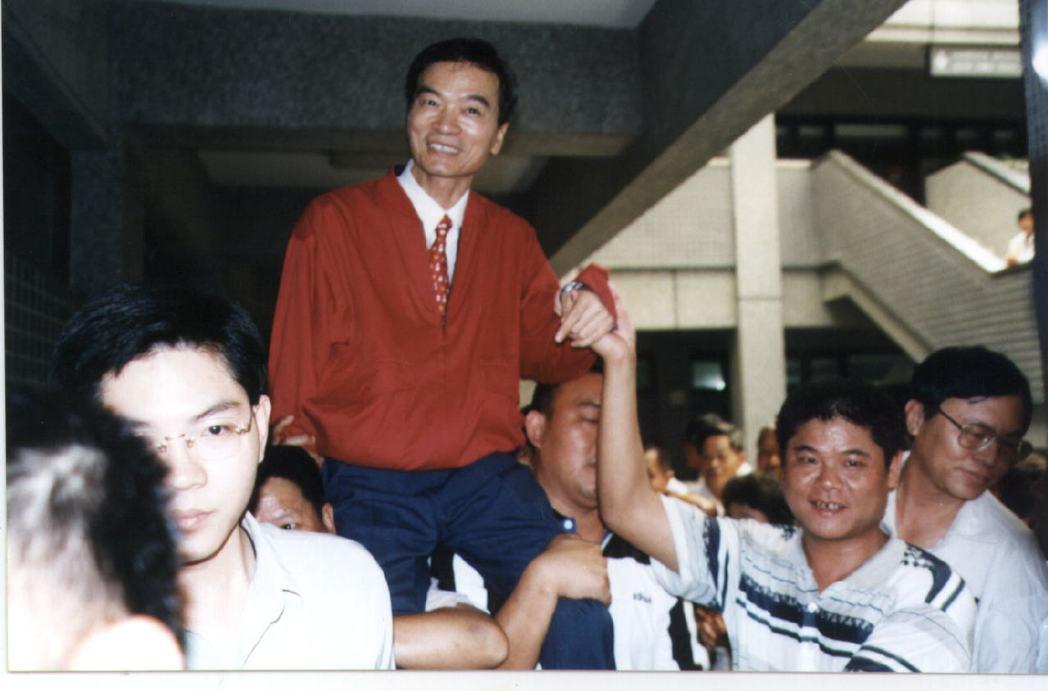 前屏東縣長伍澤元(中)當年被支持他的群眾抬到選委會情形。 圖/本報資料照片