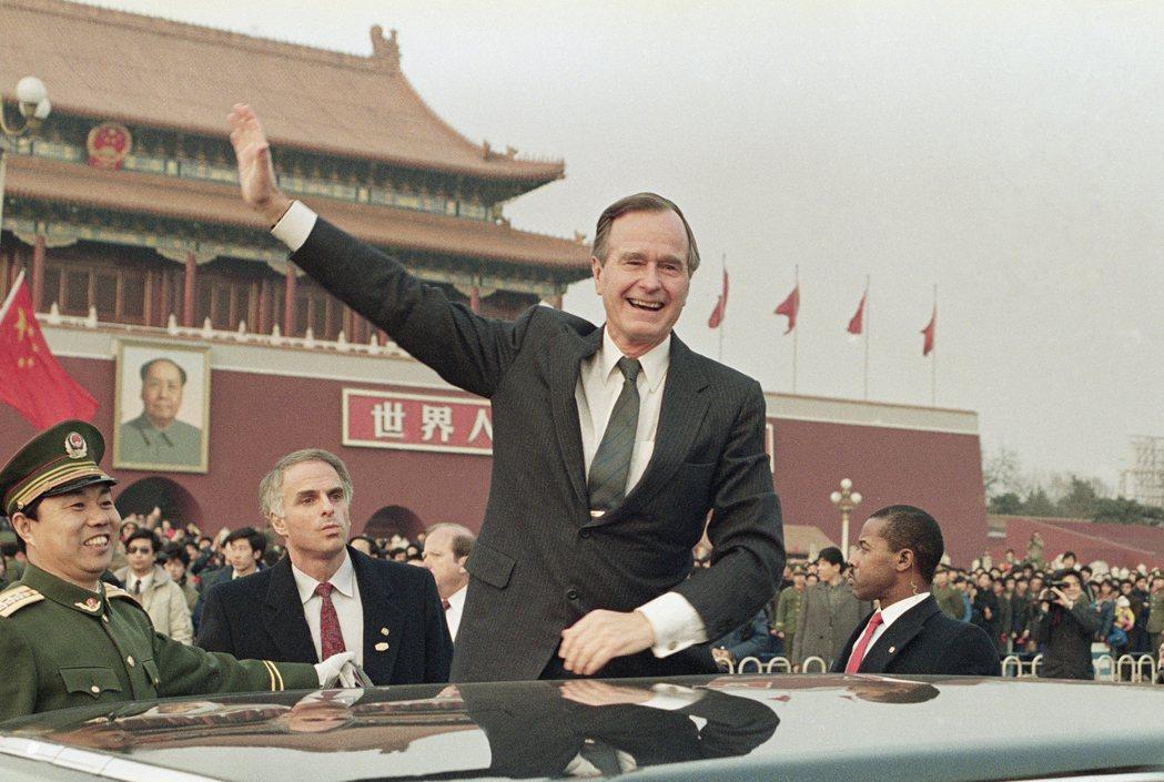 老布希總統1989年2月25日訪問北京,在天安門前向民眾揮手。 (美聯社)